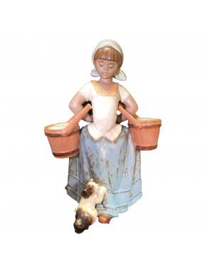 Figura Porcelana LLadro Cargada con pozales